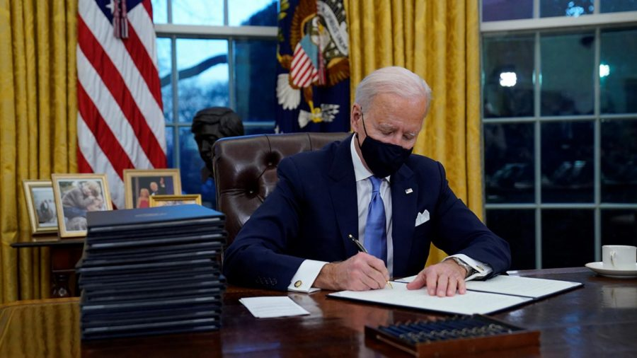 Biden+signs+executive+orders+at+the+start+of+his+presidency.+%0AImage+via+ABC+Chicago